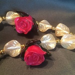 Jewelry - 🔥3 For $12.00🔥 Roses and Shells Necklace